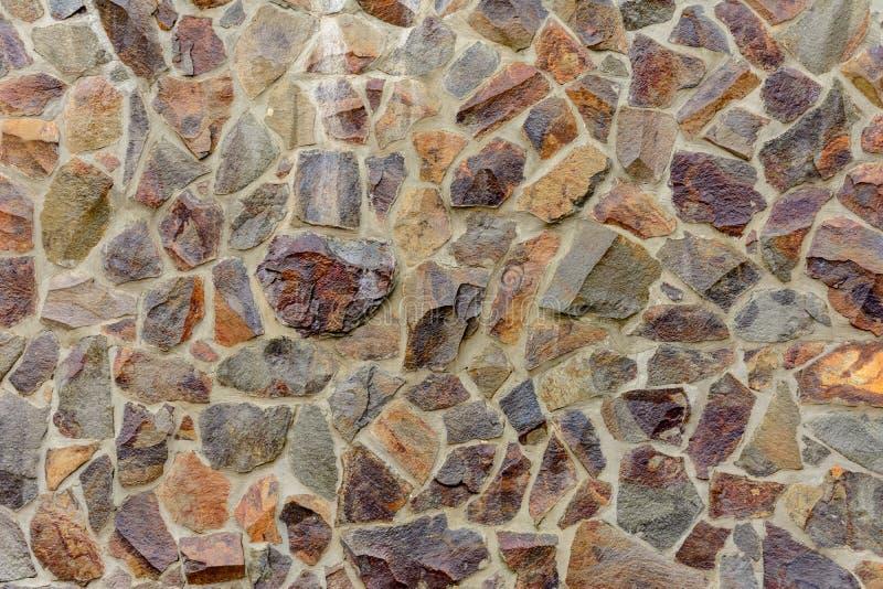 Ściana dekoruje z dekoracyjnymi kamieniami, oryginalną teksturą i tło wizerunkiem, obraz stock
