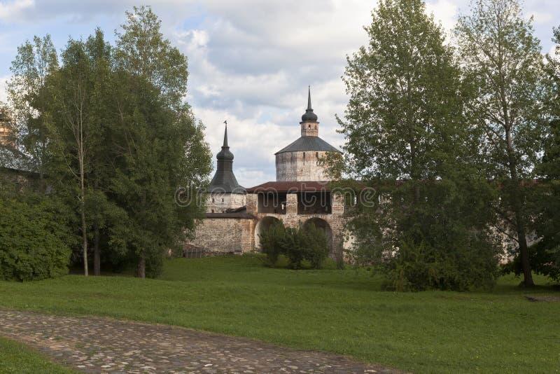 Ściana Duży wniebowzięcie monaster i wierza Głuchy i Kuznechnaya w Kirillo-Belozersky Monaster (bojler) obraz stock