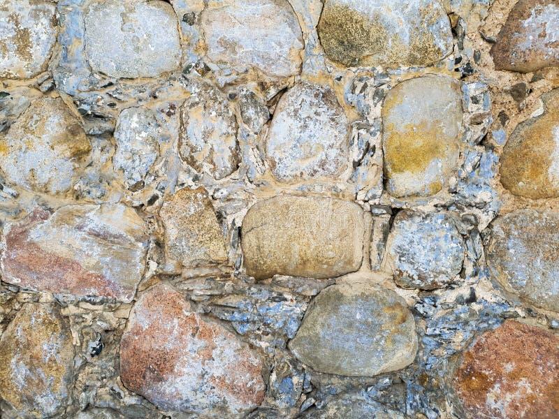 Ściana glina i kamienie w górę Brukowiec ?ciana zdjęcia royalty free
