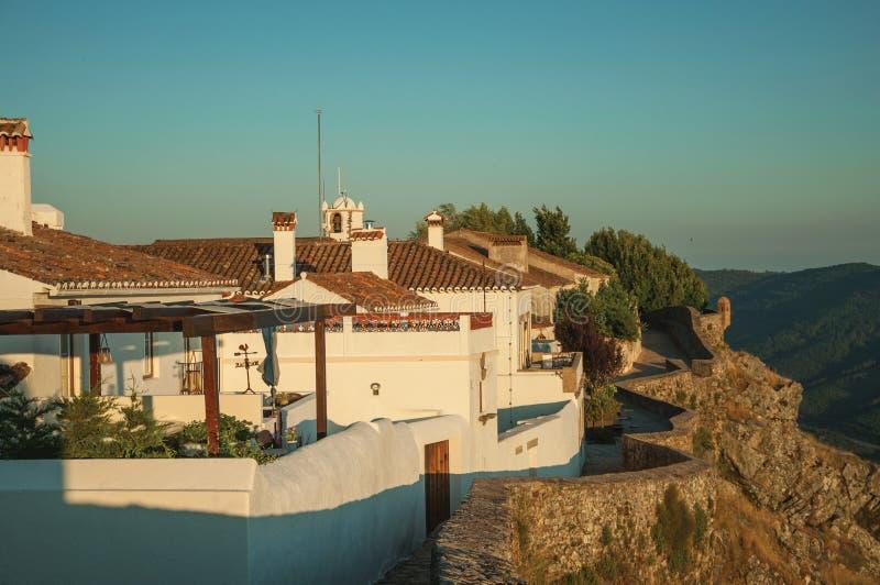 Ściana i biali starzy domy nad skalistą granią w Marvao zdjęcia royalty free