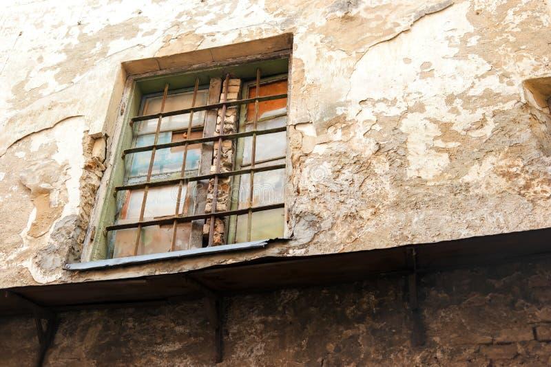 Ściana i okno z barami obraz royalty free