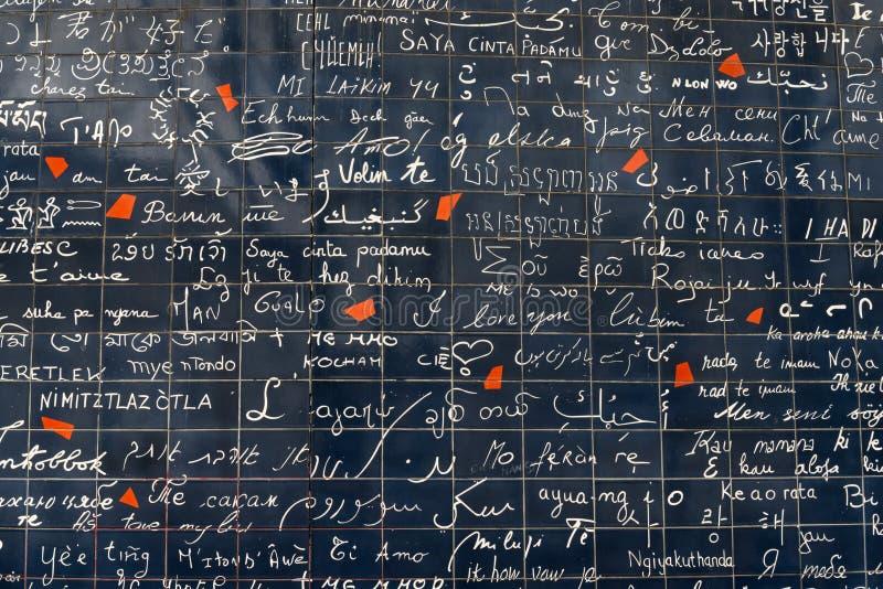 Ściana miłość Ściana w Paryż z ` kocham ciebie ` pisać w wszystkie ważnych międzynarodowych językach zdjęcie royalty free