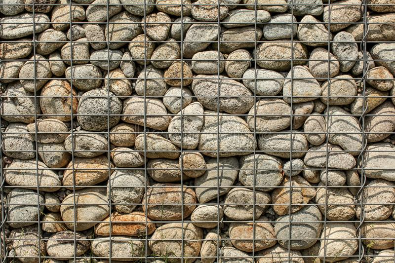 Ściana robić round skały, zabezpieczać z stalowym drucianej sieci żelaza ston obrazy royalty free