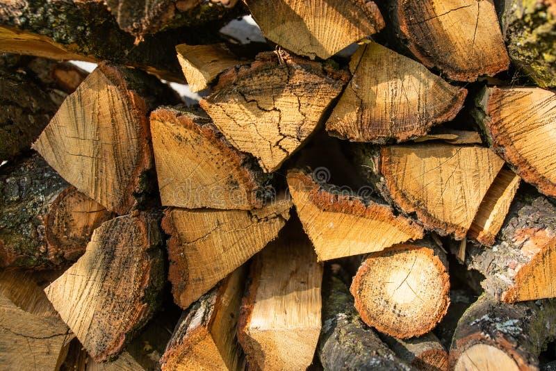 Ściana rozkłada z ax ax drewnem w wiosce tekstura drewniana łupka obrazy royalty free