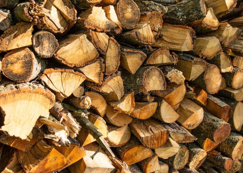 Ściana rozkłada z ax ax drewnem w wiosce tekstura drewniana łupka zdjęcie stock