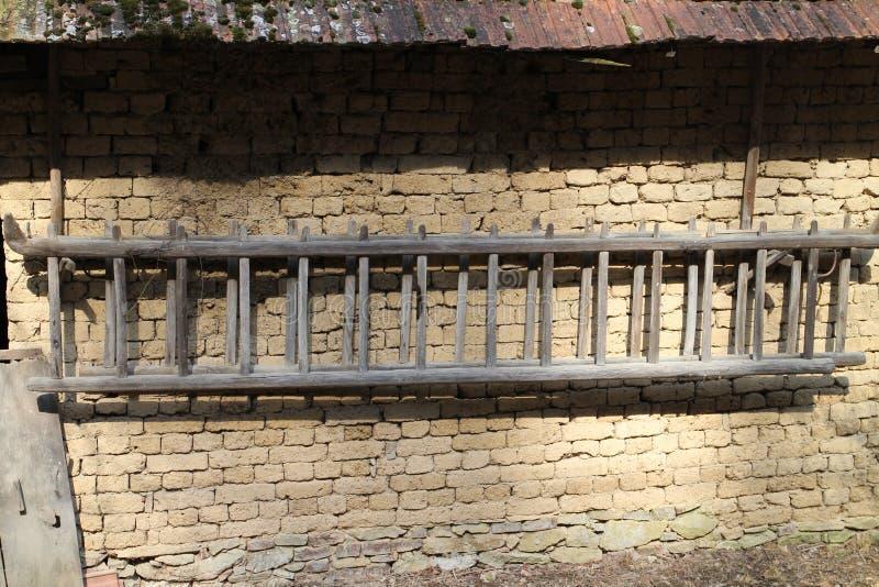 Ściana stajenka z drabiną w średniogórzach blisko Myjava zdjęcia stock