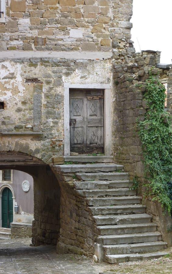 Ściana stary dom z ganeczkiem łuk i krzaki zdjęcia royalty free