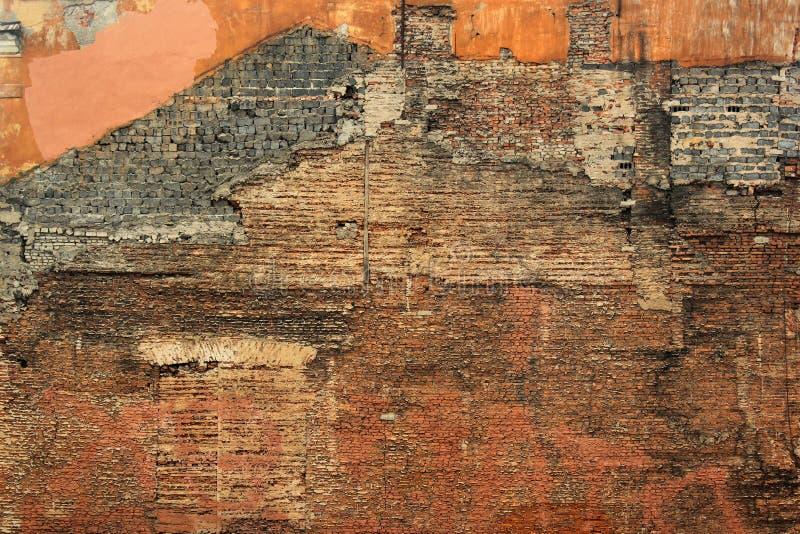 Ściana stary wyburzający ceglany dom, porzucający i rujnujący zdjęcie royalty free