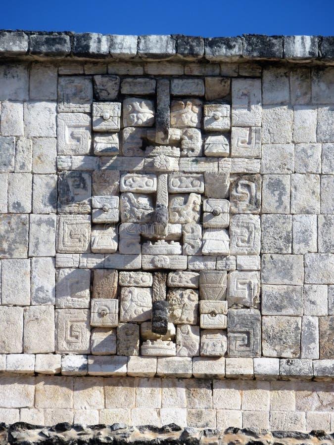 Ściana wewnątrz chichen itza Mexico z masques i skałami obraz royalty free