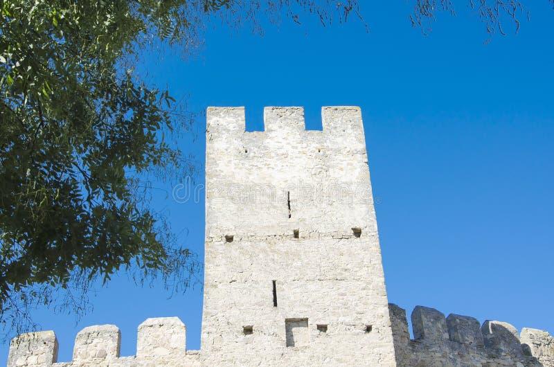 Ściana wierza średniowieczny kasztel przeciw niebieskiemu niebu zdjęcia stock