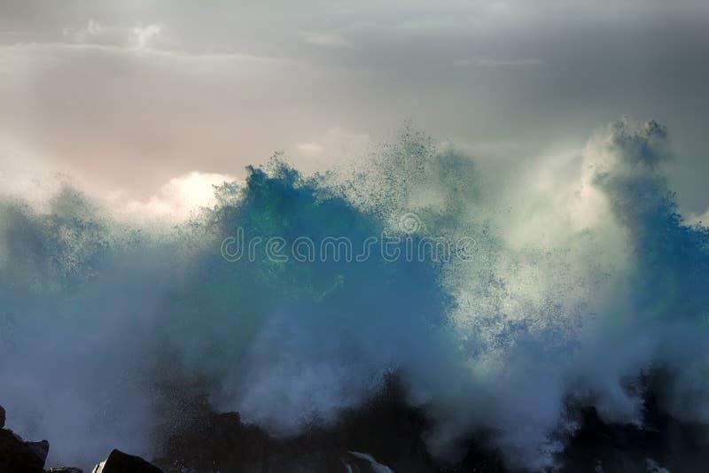 Ściana wody jak tsunami - niespokojne fala Pacyficzny ocean zdjęcie stock