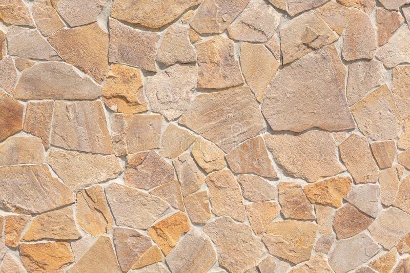 Ściana wykłada z talerzami naturalny kamień różnorodni rozmiary, arbitralny wzór, w górę fotografia royalty free