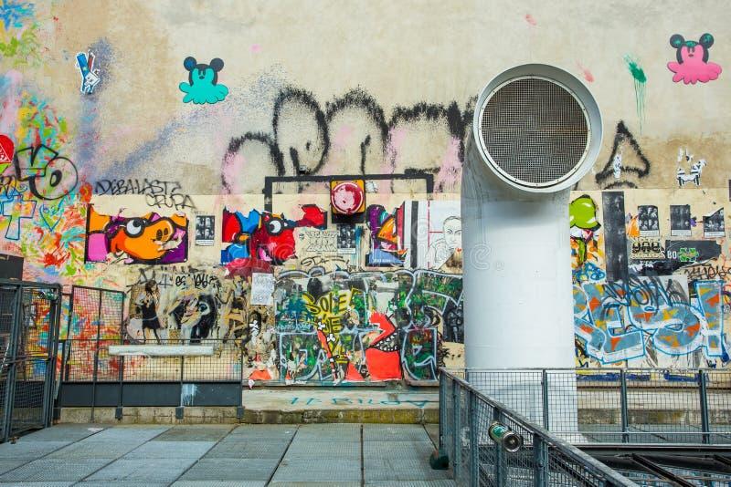 Ściana wypełniająca z graffiti w Paryż fotografia royalty free