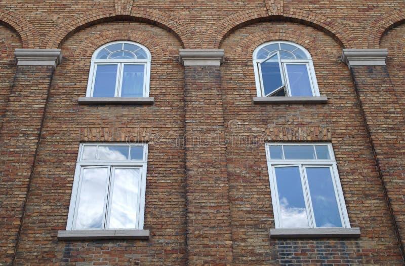 Ściana z cegieł łękowaci okno buduje fasadową starą architekturę fotografia stock