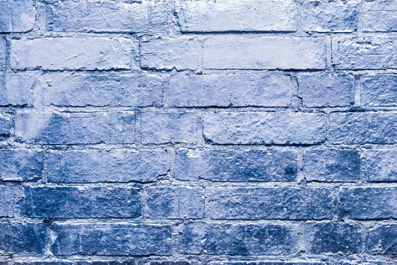 Ściana z cegieł z błękitem, osrebrza barwioną farbę zdjęcia stock