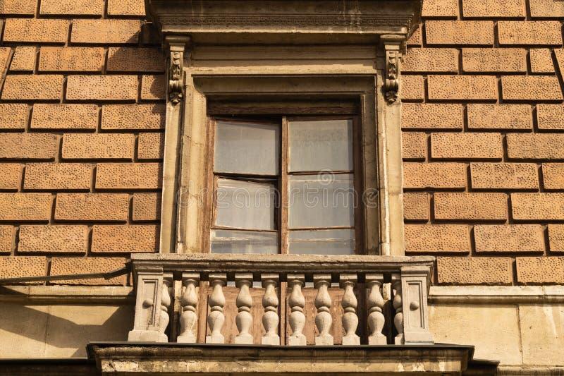Ściana z cegieł z dekorującym okno tłem zdjęcia royalty free