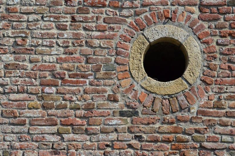 Ściana z cegieł i round dziura zdjęcie royalty free