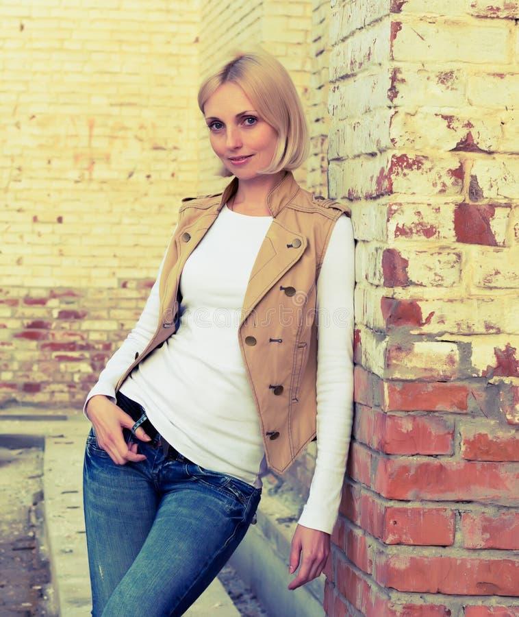 ściana z cegieł kobieta fotografia stock