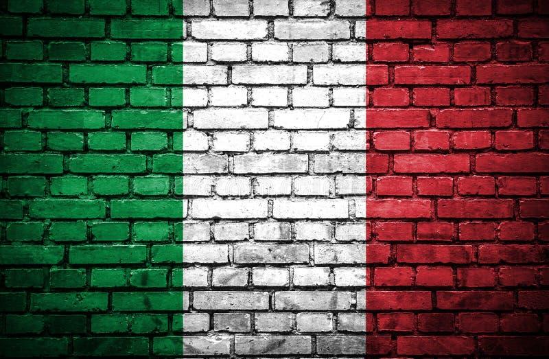 Ściana z cegieł z malującą flagą Włochy ilustracji