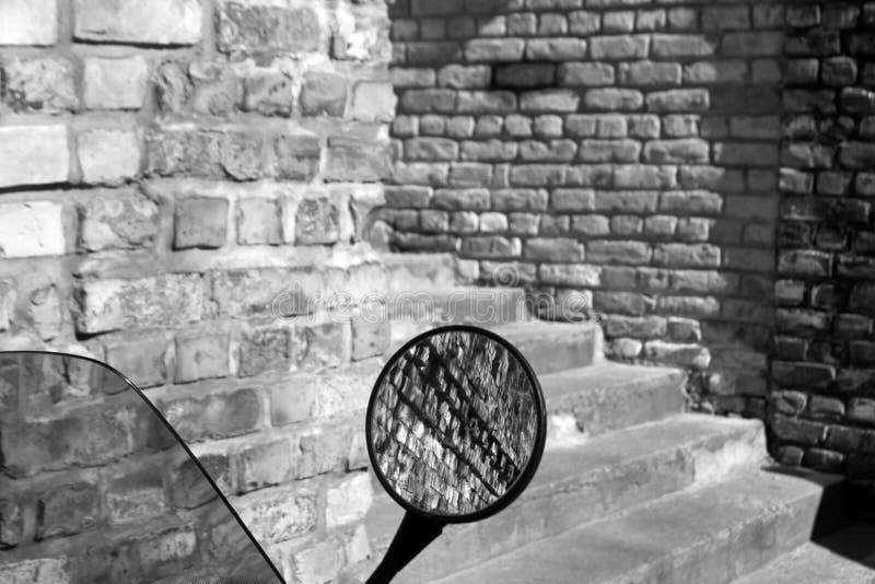 Ściana z cegieł odbicie w motocyklu lustrze w czarny i biały zdjęcie stock