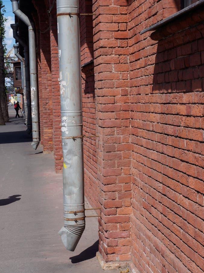Ściana z cegieł z rynną obraz stock