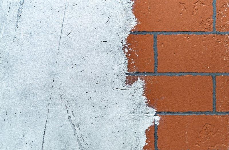 Ściana z cegieł z stosować białym tynkiem T?o i tekstura ?ciana z cegie? zdjęcia stock