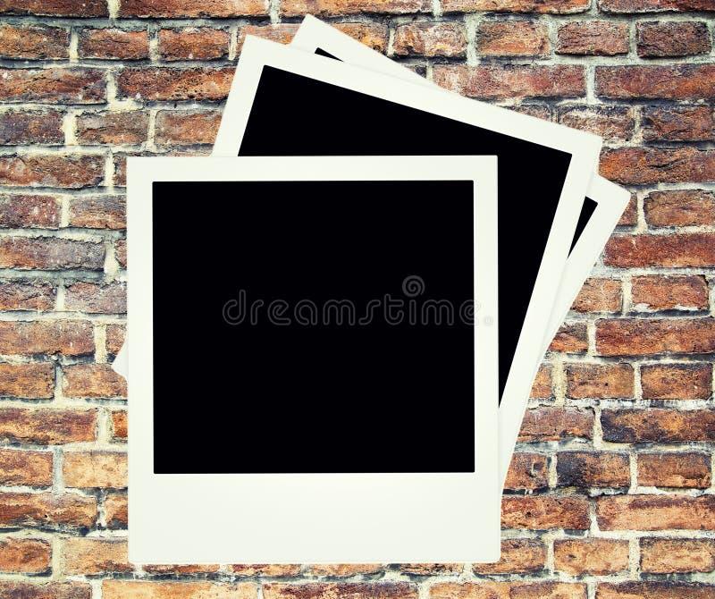 Ściana z cegieł tło z polaroidem zdjęcie royalty free