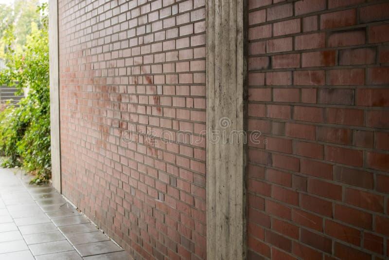 Ściana z cegieł w alei w mieście obraz royalty free