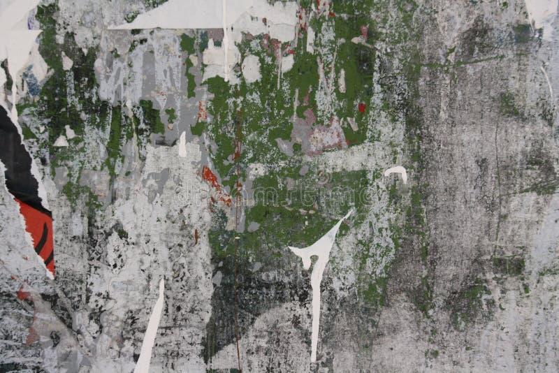 Ściana z graffiti i poszarpanymi plakatami zdjęcie royalty free