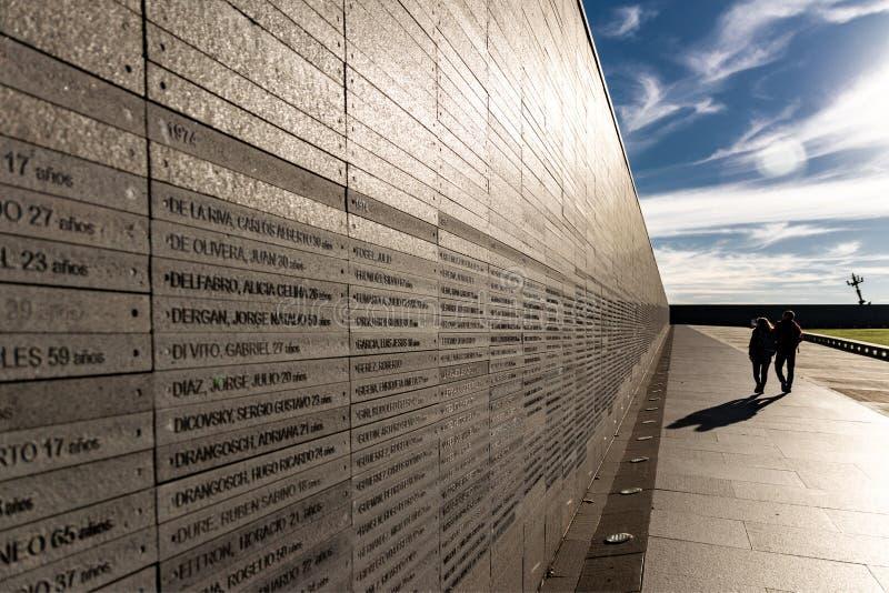 Ściana z imionami ofiary stan przemoc w parku pamięć w Buenos Aires, Argentyna zdjęcie stock