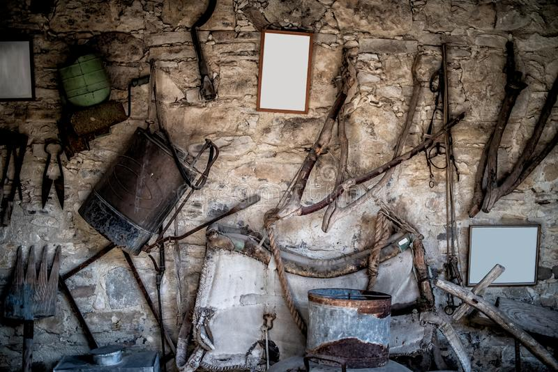 Ściana z starym materiałem i narzędziami zdjęcie royalty free