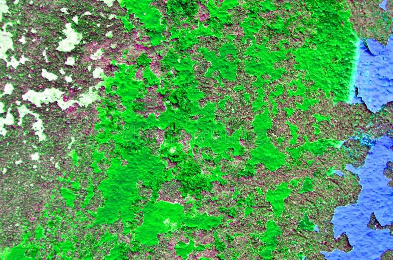 Ściana z strugać jaskrawą substancji toksycznej zieleni farbę Tekstura jaskrawy - zielony obieranie farby t?o na betonowej ?ciani obrazy royalty free
