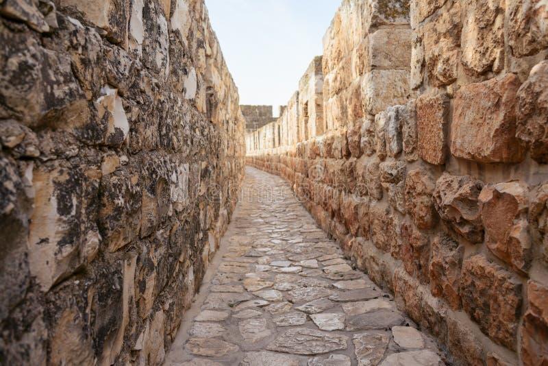 Ściany otacza Starego miasto Jerozolima, ramparts chodzą wzdłuż wierzchołka kamienne ściany fotografia royalty free