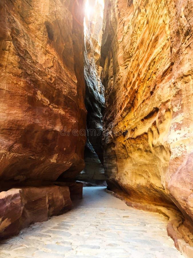 Ściany siq - kolorowa czerwień kołysa w Petra, Jordania zdjęcie royalty free