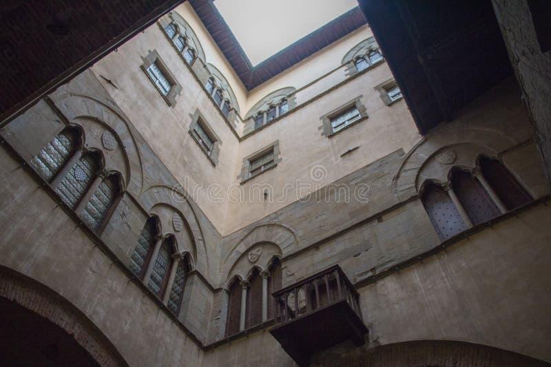 Ściany wewnętrzny podwórze Palazzo Del Comune Miejski Muzealny Pistoia tuscany Włochy obraz royalty free