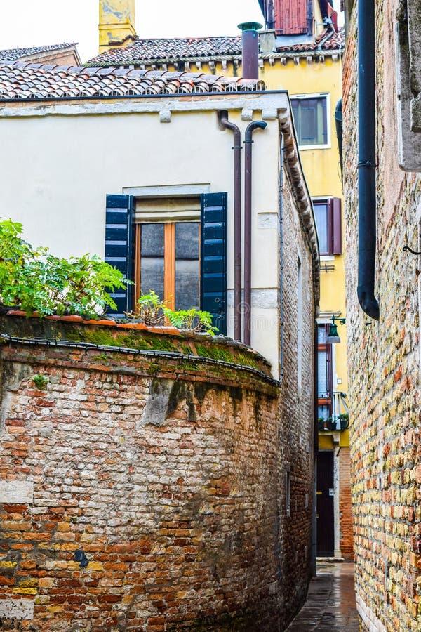 Ściany z cegieł między budynkami przez miasta Wenecja w Włochy zdjęcie royalty free