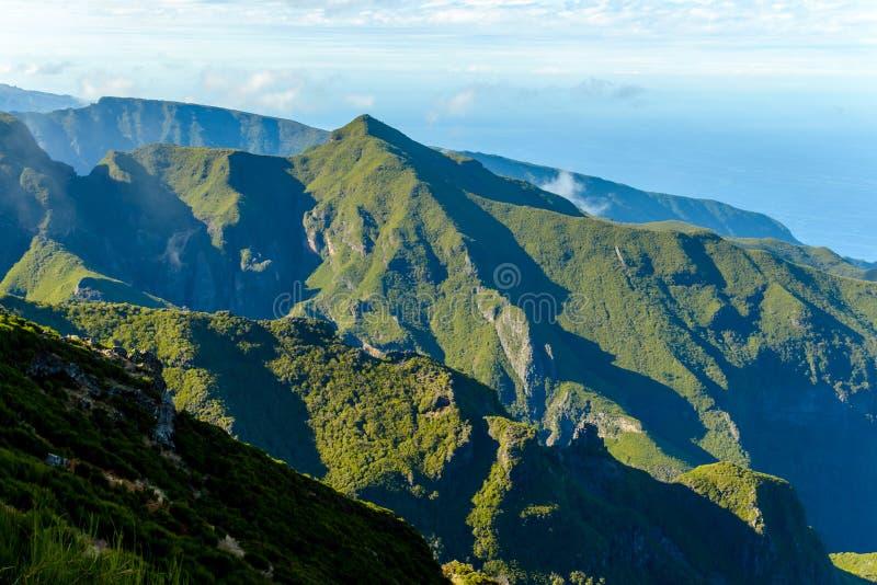 Ścieżka Pico Ruivo, cudowni widoki halni szczyty w maderze, Portugalia obraz stock