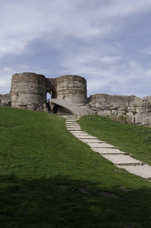 Ścieżka prowadzi do ruin Beeston kasztel zdjęcia royalty free