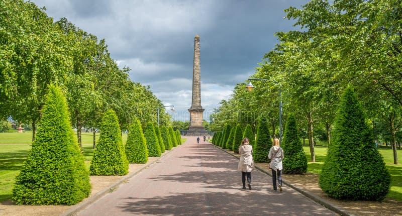 Ścieżka prowadzi Nelson ` s zabytek w Glasgow zieleni, Szkocja zdjęcia royalty free