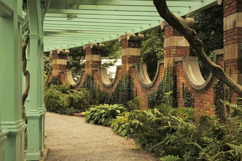 Ścieżka Przez pergoli w Izolującym ogródzie zdjęcie stock