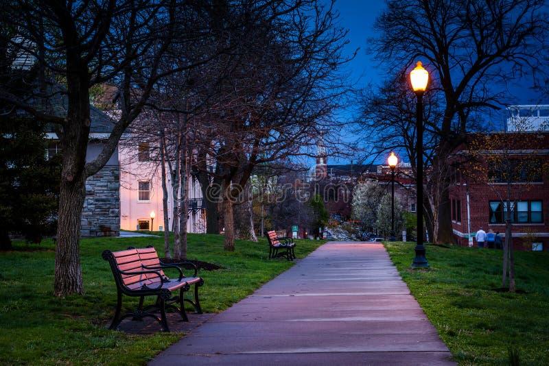 Ścieżka przy Federacyjnym wzgórze parkiem przy nocą, w Baltimore, Maryland zdjęcia stock