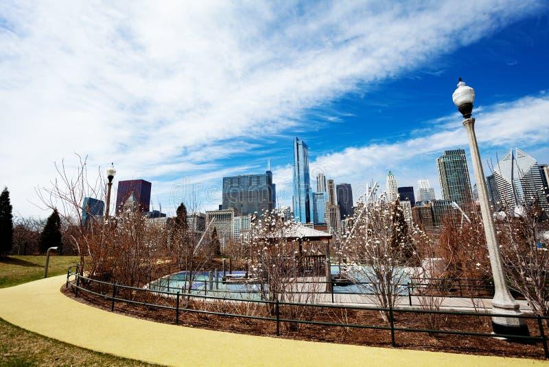 Ścieżka spacer i Chicago linia horyzontu w Maggie Daley parku zdjęcia royalty free