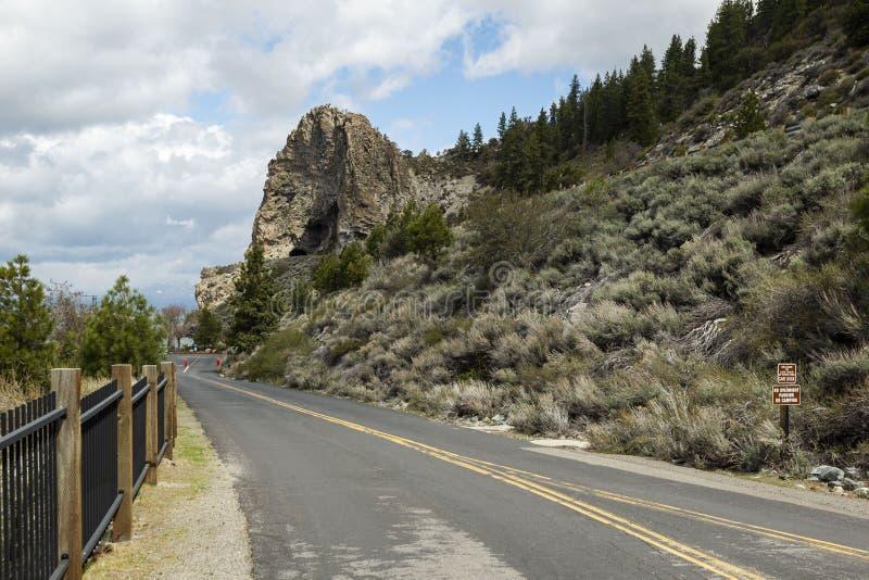 Ścieżka w kierunku jamy skały tunelu Jeziornym Tahoe, Kalifornia obrazy stock