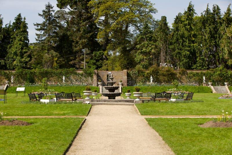 Ścieżka w ogródzie z fontanną zdjęcie stock