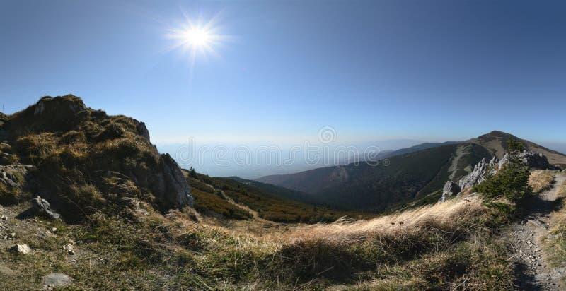 Ścieżka w Vratna dolinie przy parkiem narodowym Mala Fatra Jesieni foto zdjęcia stock