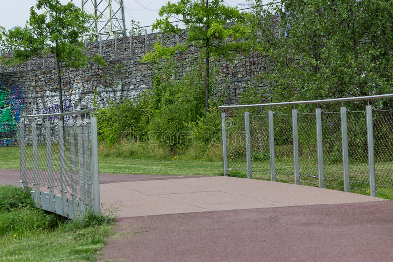 Ścieżka z mostem w parku obraz stock