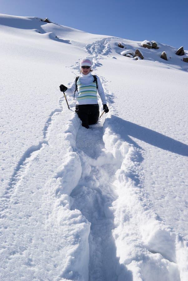 ścieżki kobieta uśmiechnięta śnieżna obrazy stock