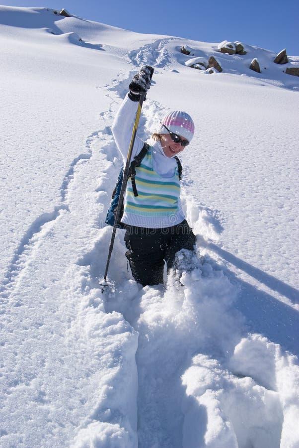 ścieżki kobieta uśmiechnięta śnieżna fotografia stock