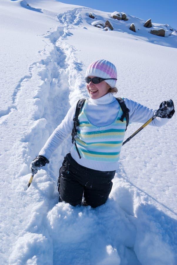 ścieżki kobieta uśmiechnięta śnieżna obraz royalty free