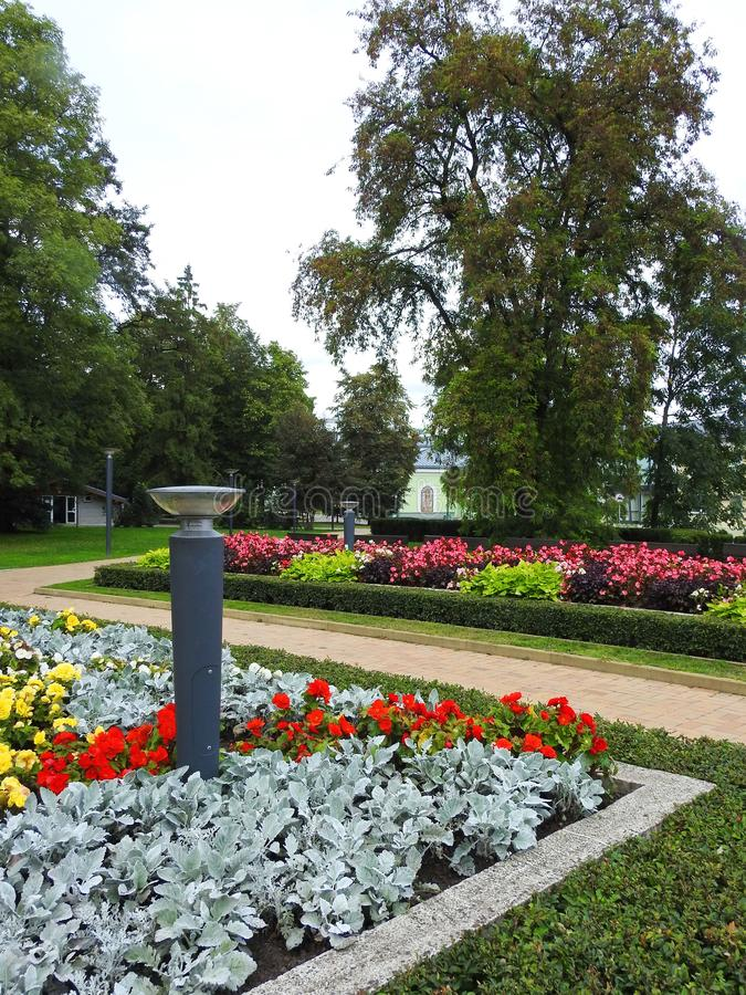 Ścieżki, lampowych i pięknych kwiaty w parku, Lithuania obraz royalty free